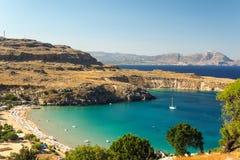 Ηλιόλουστη άποψη σχετικά με τον κόλπο Lindos, Ρόδος, Ελλάδα στοκ εικόνες με δικαίωμα ελεύθερης χρήσης