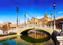 Ηλιόλουστη άποψη Plaza de Espana με τη γέφυρα Σεβίλη Στοκ Φωτογραφία