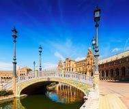 Ηλιόλουστη άποψη Plaza de Espana με τις γέφυρες Σεβίλη Στοκ φωτογραφία με δικαίωμα ελεύθερης χρήσης