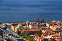 Ηλιόλουστη εικονική παράσταση πόλης του Rijeka, Κροατία, με τις στέγες και την μπλε θάλασσα Στοκ φωτογραφία με δικαίωμα ελεύθερης χρήσης
