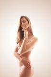 Ηλιόλουστη ελκυστική γυναίκα στο μαλακό φως Στοκ φωτογραφίες με δικαίωμα ελεύθερης χρήσης
