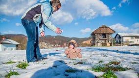 Ηλιόλουστη ημέρα για το παιχνίδι σε ένα χιόνι φιλμ μικρού μήκους