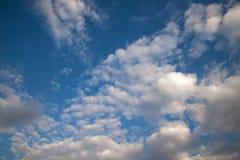 Ηλιόλουστη ημέρα, ηλιοφάνεια, μπλε ουρανοί, Στοκ Εικόνες