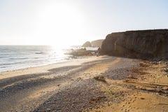 Ηλιόλουστη ημέρα σε μια δύσκολη τραχιά παραλία στην Ιρλανδία Στοκ εικόνες με δικαίωμα ελεύθερης χρήσης