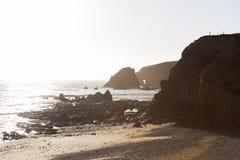 Ηλιόλουστη ημέρα σε μια δύσκολη τραχιά παραλία στην Ιρλανδία Στοκ Εικόνες