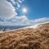 Ηλιόλουστη ημέρα στα βουνά Στοκ φωτογραφία με δικαίωμα ελεύθερης χρήσης