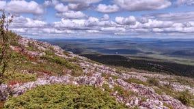Ηλιόλουστη ημέρα στα βουνά Ural Στοκ Εικόνες
