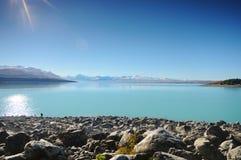 Ηλιόλουστη ημέρα στα μέρη παραδείσου στη νότια Νέα Ζηλανδία/τη λίμνη Tekapo/την εκκλησία του καλού ποιμένα Στοκ Εικόνα