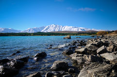 Ηλιόλουστη ημέρα στα μέρη παραδείσου στη νότια Νέα Ζηλανδία/τη λίμνη Tekapo/την εκκλησία του καλού ποιμένα Στοκ Φωτογραφίες