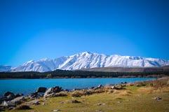 Ηλιόλουστη ημέρα στα μέρη παραδείσου στη νότια Νέα Ζηλανδία/τη λίμνη Tekapo/την εκκλησία του καλού ποιμένα Στοκ εικόνα με δικαίωμα ελεύθερης χρήσης