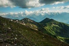 Ηλιόλουστη ημέρα στην κορυφή της σειράς βουνών. στοκ εικόνα