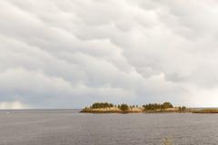 Ηλιόλουστη ημέρα στη δύσκολη ακτή της λίμνης Στοκ φωτογραφίες με δικαίωμα ελεύθερης χρήσης