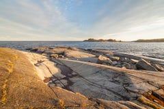 Ηλιόλουστη ημέρα στη δύσκολη ακτή της λίμνης Στοκ Εικόνα