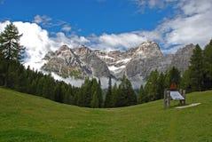 Ηλιόλουστη κοιλάδα του βουνού Dolomiti Στοκ Φωτογραφίες