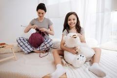 Ηλιόλουστη νέα μητέρα και το παιδί που απολαμβάνει το Σαββατοκύριακο στο σπίτι Στοκ εικόνα με δικαίωμα ελεύθερης χρήσης