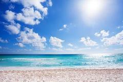 Ηλιόλουστη παραλία με την άσπρη άμμο Cancun, Μεξικό Στοκ Φωτογραφία