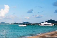 Ηλιόλουστη παραλία Maenam Koh Samui, αποβάθρα με τις βάρκες Ταϊλάνδη Στοκ εικόνα με δικαίωμα ελεύθερης χρήσης
