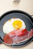 Ηλιόλουστη πλευρά αυγών επάνω με το ιταλικό speck ζαμπόν Στοκ φωτογραφία με δικαίωμα ελεύθερης χρήσης