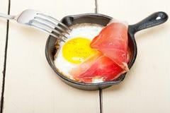 Ηλιόλουστη πλευρά αυγών επάνω με το ιταλικό speck ζαμπόν Στοκ εικόνα με δικαίωμα ελεύθερης χρήσης