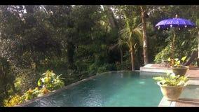 Ηλιόλουστη υπαίθρια πισίνα που βρίσκεται στην άκρη φιλμ μικρού μήκους