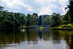 Ηλιόλουστος ουρανός λιμνών θαλάμων στοκ εικόνα με δικαίωμα ελεύθερης χρήσης