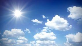 Ηλιόλουστος ουρανός με τα σύννεφα απόθεμα βίντεο