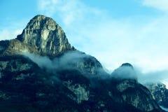 Ηλιόλουστος λόφος βουνών Στοκ φωτογραφίες με δικαίωμα ελεύθερης χρήσης