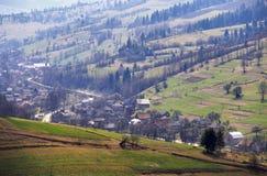 Ηλιόλουστο ελατήριο στο ορεινό χωριό Τομείς και λόφοι Στοκ εικόνες με δικαίωμα ελεύθερης χρήσης