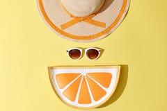 Ηλιόλουστο θερινό σύνολο μόδας Καυτή παραλία Vibes ελάχιστος Στοκ Εικόνες