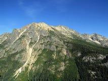 Ηλιόλουστο και πράσινο βουνό στους βόρειους καταρράκτες Στοκ φωτογραφία με δικαίωμα ελεύθερης χρήσης