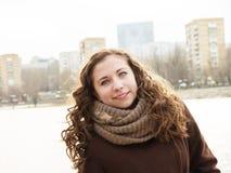 Ηλιόλουστο κορίτσι με το muffer με sity στην πλάτη Στοκ φωτογραφία με δικαίωμα ελεύθερης χρήσης