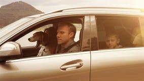 Ηλιόλουστο μήκος σε πόδηα ημέρας: η οικογένεια παίρνει στο αυτοκίνητο, στερεώνει τις ζώνες ασφάλειάς τους και πυροδοτεί απόθεμα βίντεο
