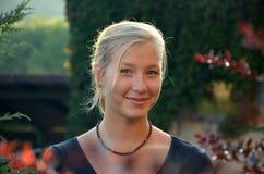 Ηλιόλουστο πορτρέτο του εύθυμου ξανθού κοριτσιού Στοκ Φωτογραφία