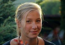 Ηλιόλουστο πορτρέτο του εύθυμου ξανθού κοριτσιού Στοκ εικόνα με δικαίωμα ελεύθερης χρήσης