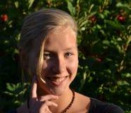 Ηλιόλουστο πορτρέτο του χαμογελώντας ξανθού κοριτσιού Στοκ φωτογραφίες με δικαίωμα ελεύθερης χρήσης