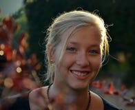 Ηλιόλουστο πορτρέτο του χαμογελώντας ξανθού κοριτσιού Στοκ Φωτογραφία