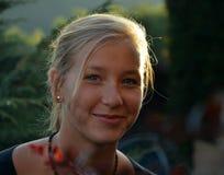 Ηλιόλουστο πορτρέτο του χαμογελώντας ξανθού κοριτσιού Στοκ εικόνα με δικαίωμα ελεύθερης χρήσης