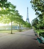 Ηλιόλουστο πρωί και πύργος του Άιφελ, Παρίσι Στοκ Εικόνες
