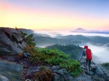 Ηλιόλουστο πρωί πτώσης Ο οδοιπόρος στέκεται στην αιχμή του βράχου στο πάρκο αυτοκρατοριών βράχου Στοκ Φωτογραφίες