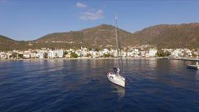 Ηλιόλουστο πρωί σε μια κενή ελληνική μαρίνα, Μέθανα, Μεσόγειος Εναέριος τηλεοπτικός πυροβολισμός, το ύψος μιας πτήσης πουλιών ` s απόθεμα βίντεο