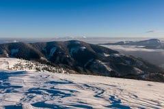 Ηλιόλουστο πρωί στα χειμερινά βουνά - μεγαλύτερο Fatra, Σλοβακία Στοκ εικόνα με δικαίωμα ελεύθερης χρήσης