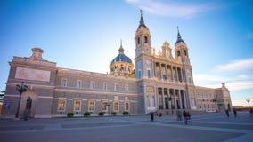 Ηλιόλουστο σφάλμα Ισπανία μπροστινής άποψης καθεδρικών ναών almudena της Μαδρίτης ημέρας χρονικό 4k απόθεμα βίντεο