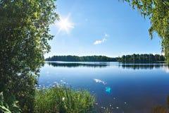 Ηλιόλουστο τοπίο από την ακτή της όμορφης λίμνης Στοκ φωτογραφία με δικαίωμα ελεύθερης χρήσης