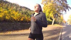 Ηλιόλουστο τρέξιμο φθινοπώρου απόθεμα βίντεο