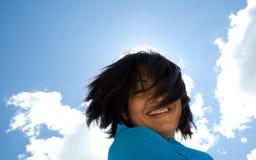 Ηλιόλουστο χαμογελώντας κορίτσι στοκ φωτογραφίες με δικαίωμα ελεύθερης χρήσης