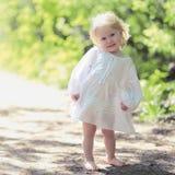 Ηλιόλουστο χαριτωμένο χαρούμενο χαμογελώντας μωρό πορτρέτου Στοκ Φωτογραφία