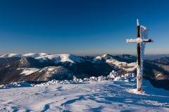 Ηλιόλουστο χειμερινό πρωί σε μια κορυφογραμμή βουνών Στοκ φωτογραφία με δικαίωμα ελεύθερης χρήσης