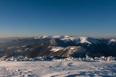 Ηλιόλουστο χειμερινό πρωί σε μια κορυφογραμμή βουνών Στοκ Εικόνες