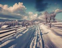 Ηλιόλουστο χειμερινό πρωί στο ορεινό χωριό Στοκ Εικόνες