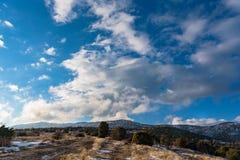 Ηλιόλουστο χειμερινό τοπίο μπλε ουρανός σύννεφων ομιχλώδες βουνό Στοκ Εικόνες